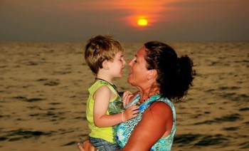 Hampus with his mother Anette in Thailand last year